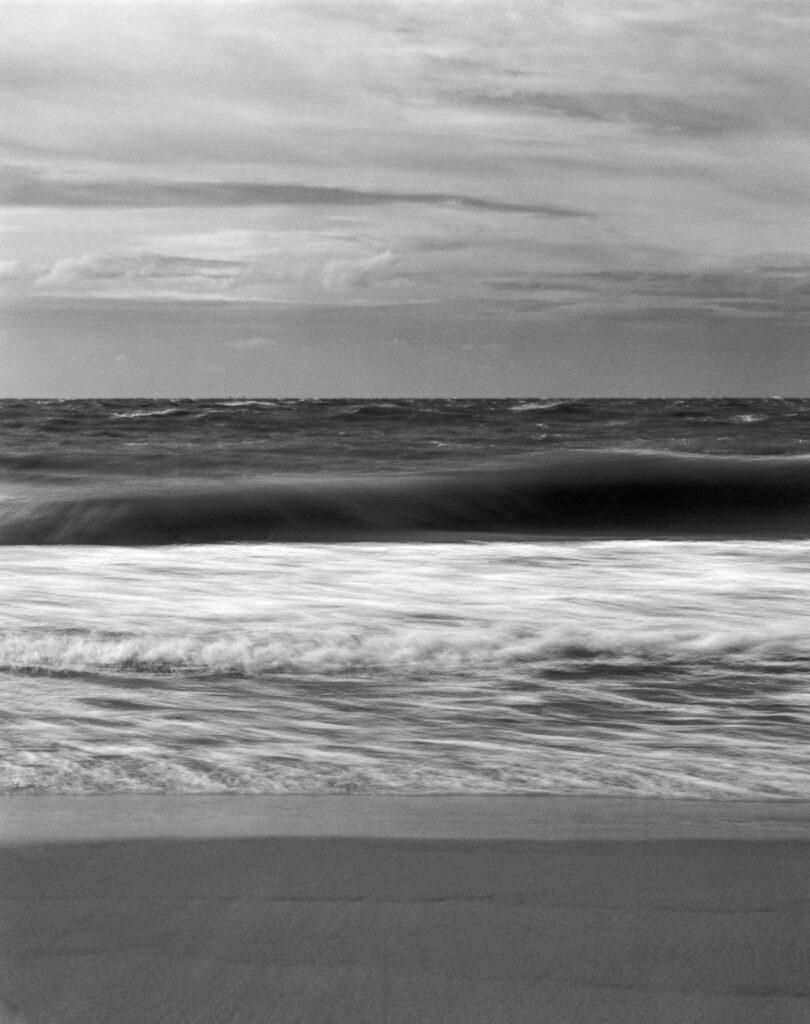 Strand met zee en Golven